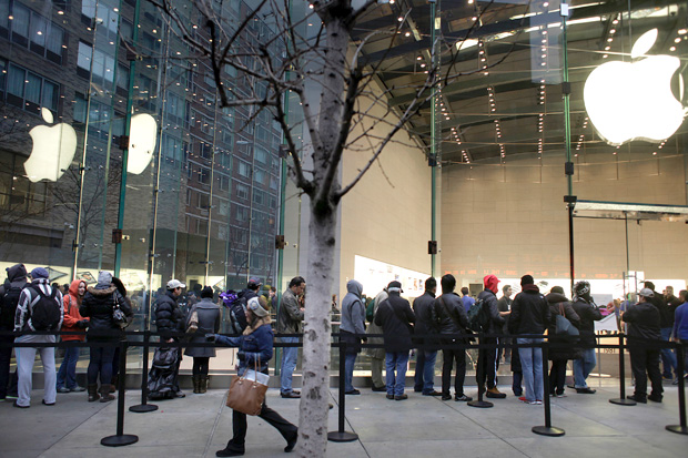 outside iPhone waiting line