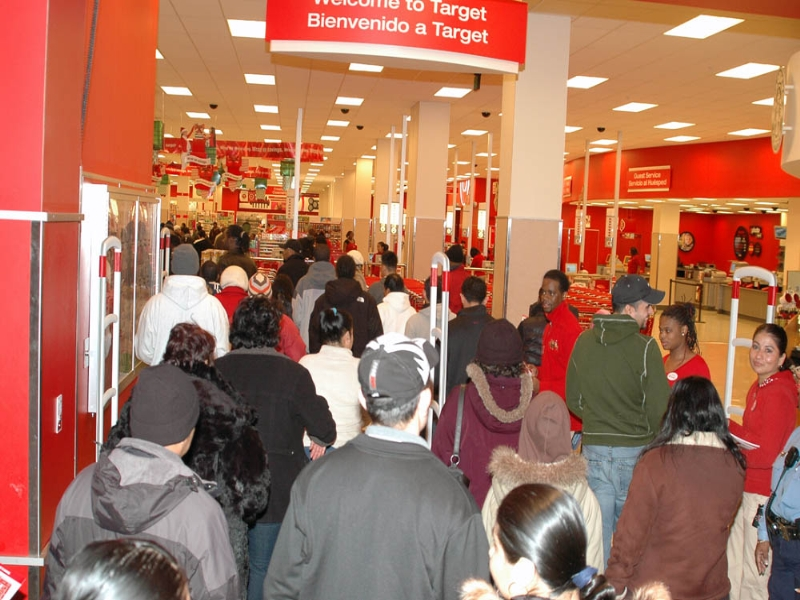 target-black-friday-people-waiting